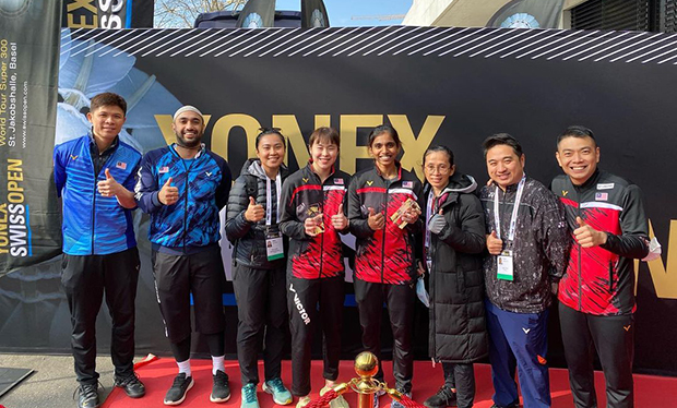 Pearly Tan/Thinaah Muralitharan take pictures with coaches and staff of the Malaysian squad after winning the Swiss Open title.(photo: Pearly Tan's Instagram)