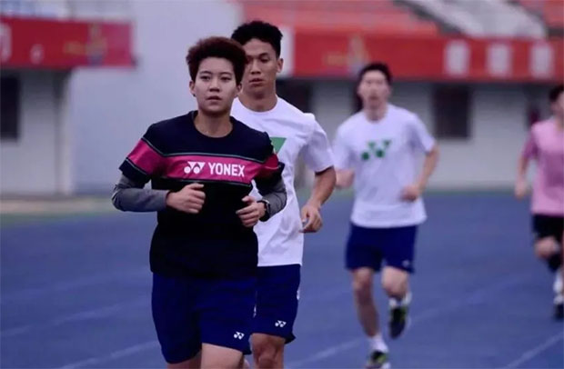 Du Yue at the front in the 4000-meter long run. (photo: Badminton China)