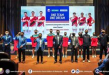 Lee Chong Wei (front left) and Lee Zii Jia (back middle) attend the BAM and YONEX new sponsorship signing ceremony. (photo: BAM)