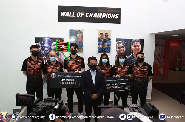 Lee Zii Jia, Pearly Tan/Thinaah Muralitharan receive incentives from BAM. They are wearing shirts with the YONEX logo. (photo: BAM)