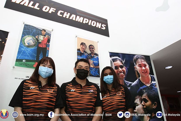 Chan Chong Ming (middle) looks for ways to improve Pearly Tan(left), Thinaah Muralitharan (right), and Malaysia's women's doubles department. (photo: BAM)