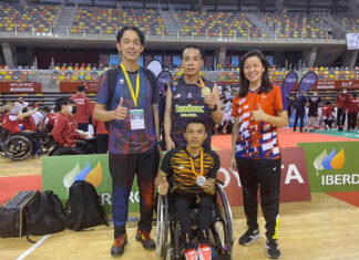 Cheah Liek Hou (middle) poses for pictures with his coach, Rashid Sidek (left) after winning the 2021 Spanish Para International Badminton Championships. (Cheah Liek Hou's Instagram)