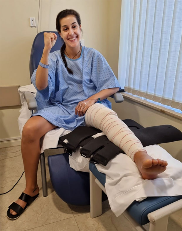 Carolina Marin poses for picture after her surgery. (photo: Carolina Marin's Twitter)