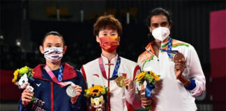 Chen Yufei (middle), Tai Tzu Ying (left), PV Sindhu pose for pictures at the Olympic award ceremony. (photo: Pedro Pardo/AFP)