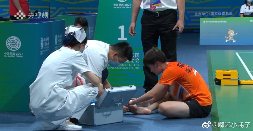Chen Yufei receives medical treatment for her injured right big toe at the 14th China National Games. (photo: Sina)