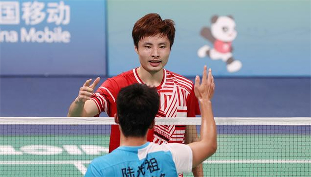 Shi Yuqi greets Lu Guangzu after winning the men's singles gold medal at China's 14th National Games. (photo: Weibo)