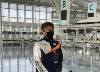 Kento Momota talks to reporters at Haneda Airport before leaving for Vantaa, Finland. (photo: Sankei Digital Co., Ltd.)