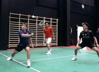 Marcus Fernaldi Gideon (blue shirt), Hendra Setiawan (red shirt), and Rian Ardianto (black shirt) play 3 on 3 against Mohammad Ahsan, Kevin Sanjaya Skamaljo, and Fajar Alfian. (photo: PBSI)