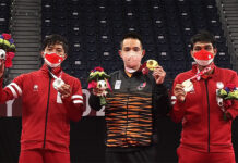 Malaysia's Cheah Liek Hou (C) celebrates his gold medal win on the podium with Indonesia's Dheva Anrimusthi (L) who took the silver and Suryo Nugroho who won the bronze medal in the men's singles SU5 badminton event at the 2020 Tokyo Paralympic Games.(photo: Paralympics)